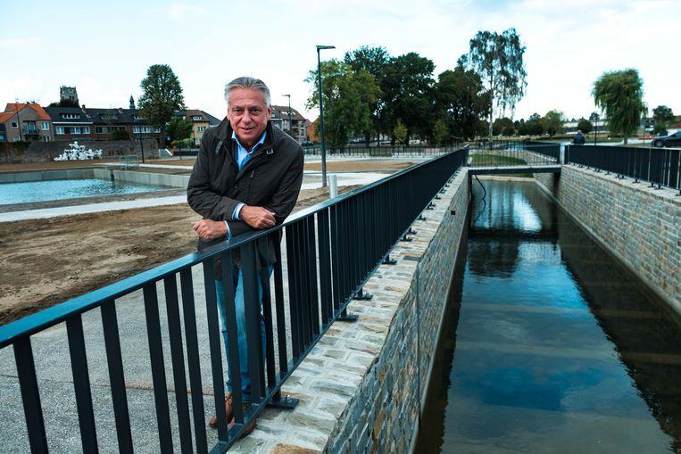 Burgemeester Patrick Dewael aan het water van de Jeker.