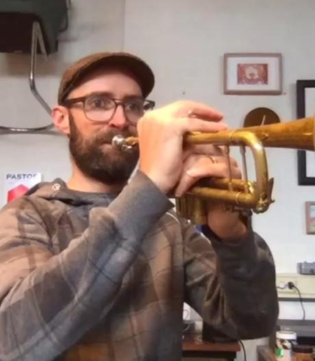 Jon Hendrik leert 70-plussers gratis de taptoe te spelen op een trompet