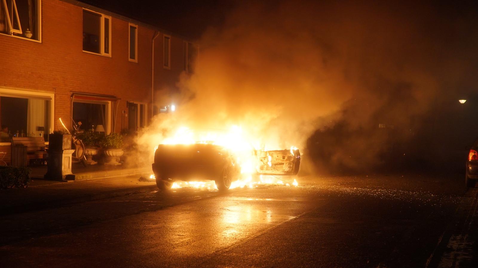 De auto brandde uit op de Haakshof in Schalkhaar.