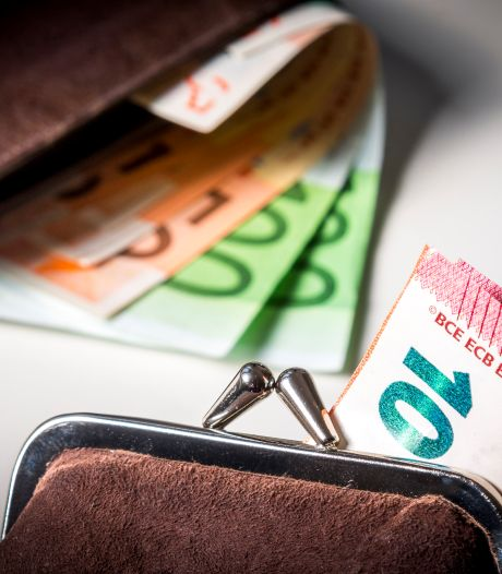Tassen met tienduizenden euro's in auto: bestuurder aangehouden in Steenbergen