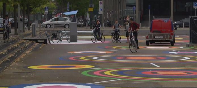 Op het Stationsplein zijn grote gekleurde cirkels aangebracht en staan schommels die muziek maken.
