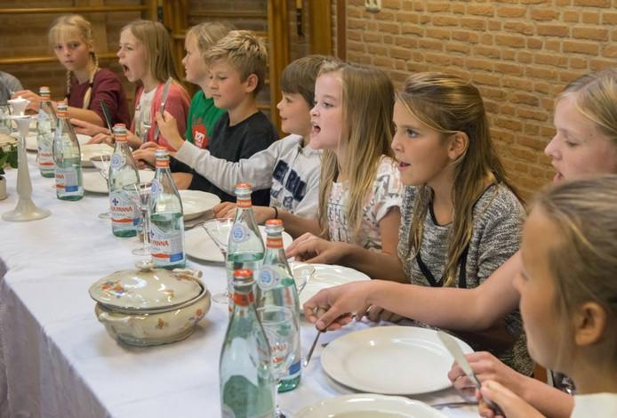 Op de foto is te zien hoe de leerlingen hun act opvoeren aan coach Roel van Velzen.
