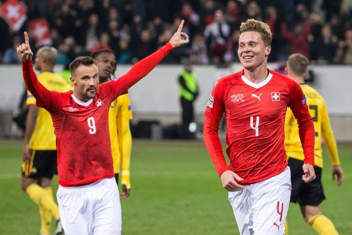 Elvedi (r) van Mönchengladbach en Seferovic aan het feest tegen België.
