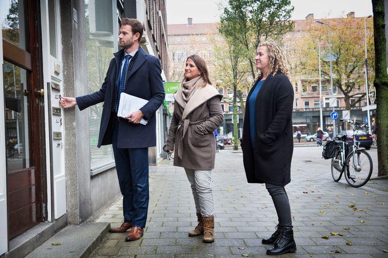 Wethouder Sven de Langen en Corina Valkenburg en Esther van Driel bellen aan bij een schoolverlater. Beeld arie kievit