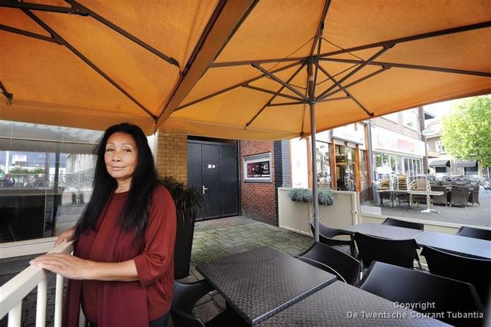 Patricia Klaar op het terras van Square: raadslid Leo Janssen wil de affaire nu eens opgelost zien.