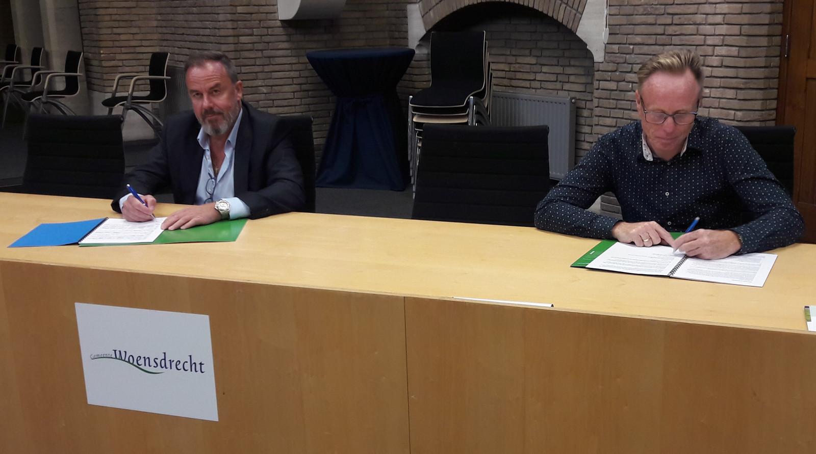 Bestuursvoorzitter Stéphane Cépèro (links) van scholenkoepel Lowys Porquin Stichting ondertekent het onderwijshuisvestingsplan IHP van de gemeente Woensdrecht, naast hem wethouder Lars van der Beek.