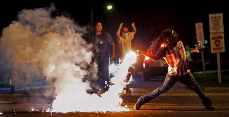 In augustus 2014 braken in Ferguson in de Amerikaanse staat Missouri hevige rellen uit, na de dood van de zwarte tiener Michael Brown. Hij stierf door een kogel uit het pistool van de blanke agent Darren Wilson. Beeld REUTERS