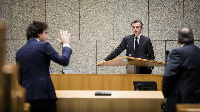 Mark Harbers (VVD) heeft zojuist geopperd om het Grevelingenmeer te schrappen als Natura2000-gebied. Jesse Klaver (links) kan het bijna niet geloven.