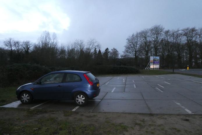 Ten zuiden van de Schijndelseweg is nu een tijdelijke parkeerplek gelegd met stelplaten. Hier zouden bij voorbeeld appartementengebouwen of woningen kunnen komen.