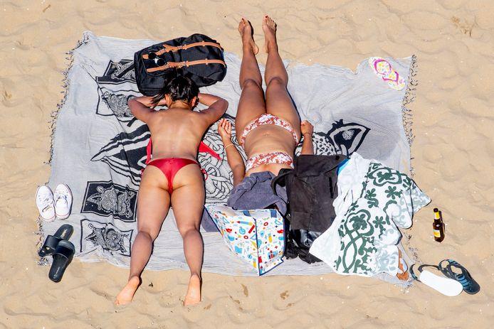 Veel mensen zoeken het Scheveningse strand op hete dagen.