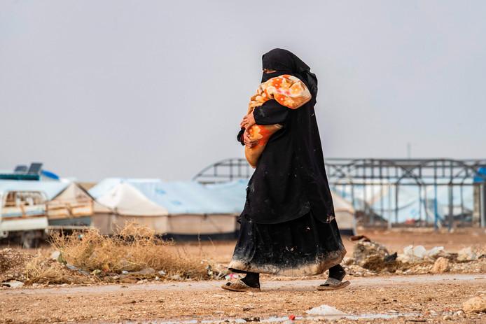 Vrouw met kind in het detentiekamp Al Hol.