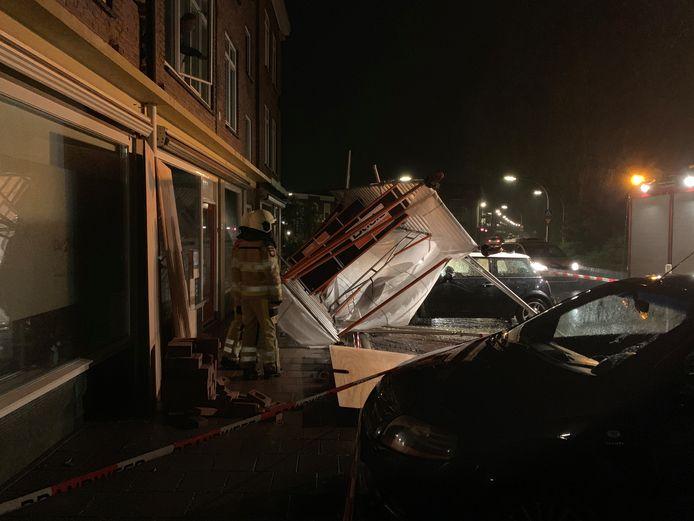 In Deventer viel een bouwsteiger op een auto door de wind.