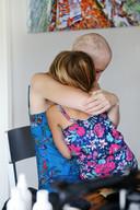 Een van de foto's uit 'Hallo, ik ben nog niet dood!' Monique Mulders met dochter Anne.