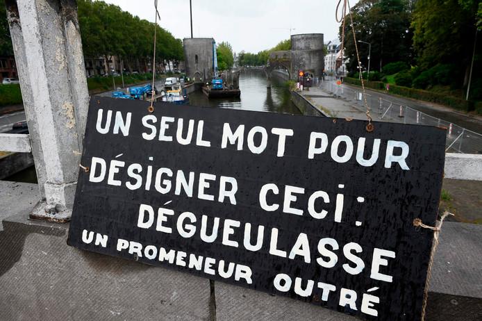 Dégoûtés, tristes, calmes, les Tournaisiens ont assisté impuissants à la démolition de leur Pont des Trous