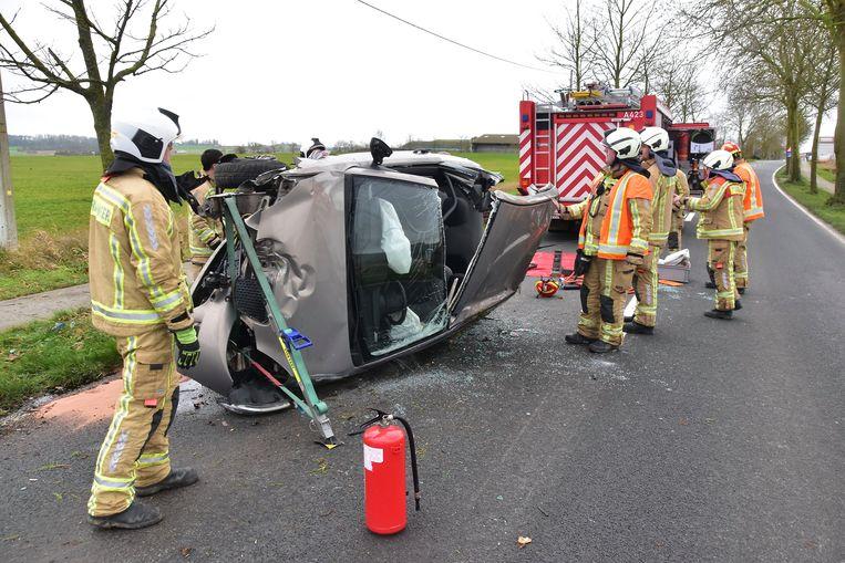 Nadat de brandweer het dak van de wagen had losgeknipt, kon de bestuurder uit het wrak worden gehaald.