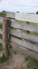 Het wandelpad gaat door het weiland en is toegankelijk via een poortje. Op het poortje zit inmiddels een waarschuwingsbord. Het hek is dichtgeknoopt met een touw.