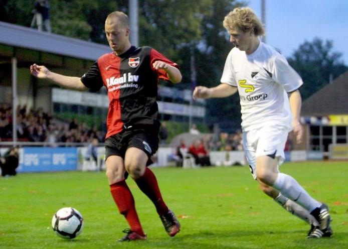 Giel Neervoort (links) schermt de bal af, in duel met Wouter Weusthof van Quick'20. Foto: Erik van 't Hullenaar
