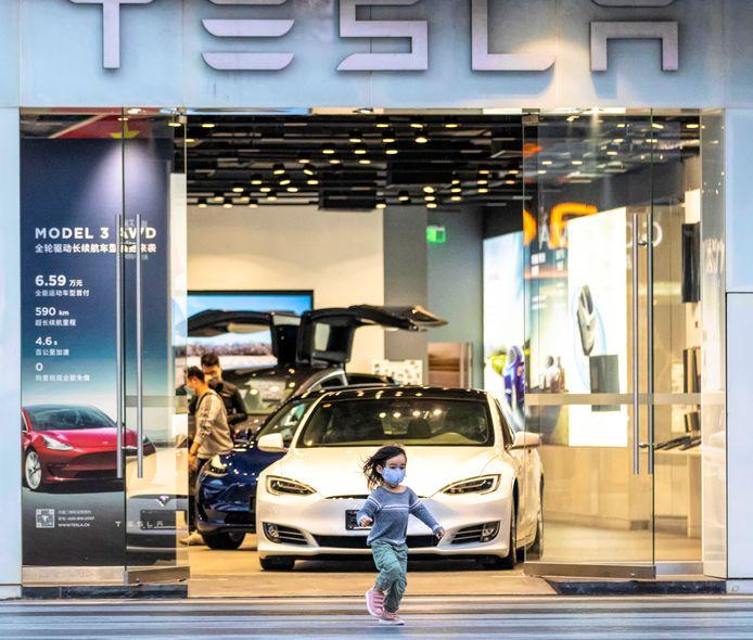 Een showroom van Tesla in Shenzhen, China. De Chinese automarkt is de grootste ter wereld, maar wordt dit jaar heftig getroffen door het coronavirus.