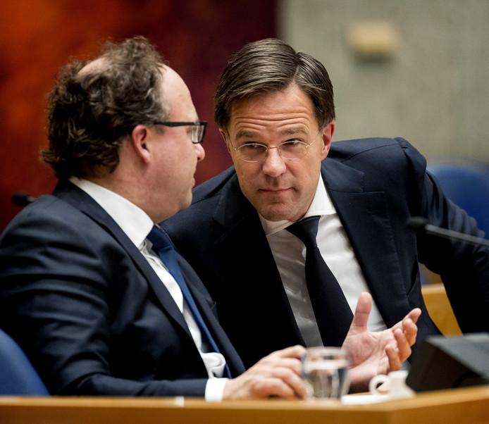 Minister Wouter Koolmees (Sociale Zaken en Werkgelegenheid) en premier Mark Rutte in de Tweede Kamer.