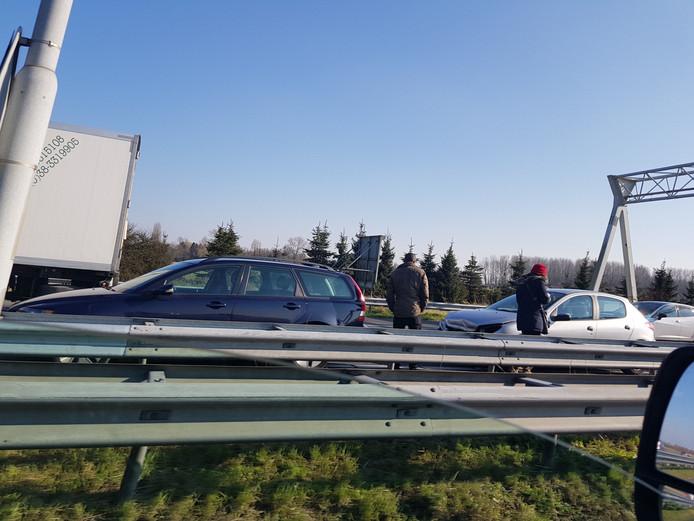 De auto's bleven op de rijbaan staan na de botsing.