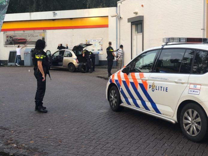 De politie houdt drie mannen staande en controleert de auto.