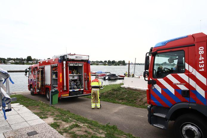 De brandweer ter plaatse bij het water.