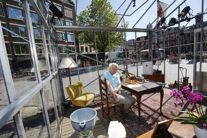 Jan, gespeeld door acteur Henk Berkelaar, sluit zich vandaag op in een glazen kas op de Neude om te laten zien wat eenzaamheid is.