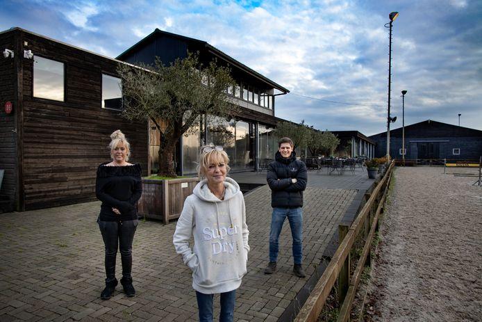 De zussen Ellen van de Wetering-Verberne (midden) en Willy-Anne Verberne nemen na 50 jaar afscheid van manege Zwarte Water en geven het bedrijf over aan Toon Termont.