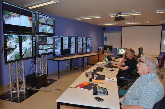 Vanuit het commandocentrum in het politiekantoor houdt een team via camerabeelden de situatie in de Feestenzone nauwlettend in de gaten.