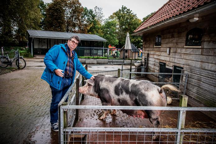 Voorzitter Wim Roest van de Stichting Alphense Kinderboerderijen in het Bospark, de locatie die dankzij extra geld van de gemeente Alphen tóch openblijft.