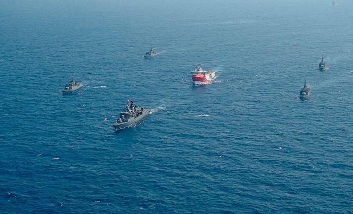 Het Turkse onderzoeksschip Oruc Reis omringd door Turkse marineschepen in de Middellandse Zee.