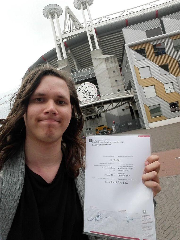 Joep Smit met zijn diploma bij het Johan Cruijff Stadion Beeld Joep Smit