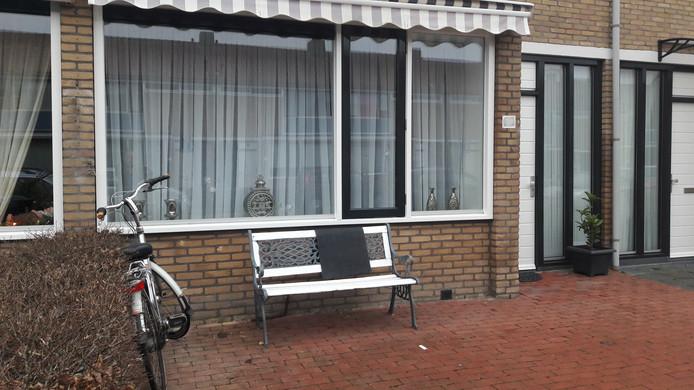 Kogelgaten in het raam van de woning aan de Johan van de Veldestraat in Den Bosch.