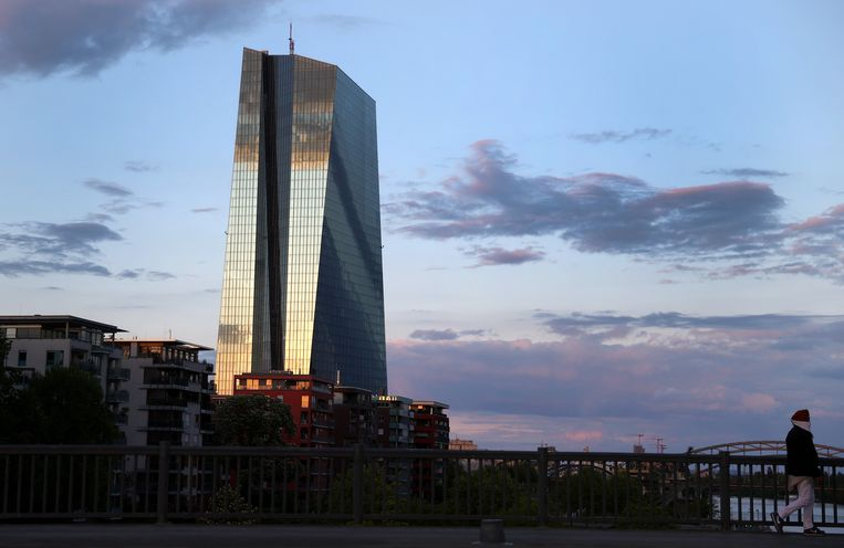 Een vrouw passeert het hoofdkantoor van de Europese Centrale Bank (ECB) in Frankfurt.  Beeld REUTERS