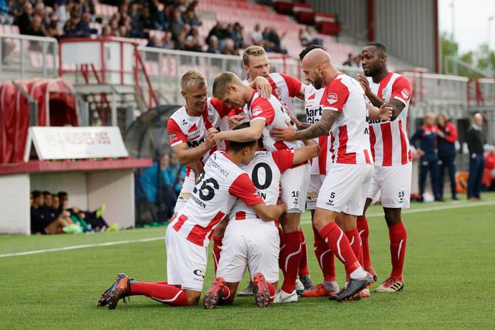 De spelers van TOP Oss vieren de 2-0 van Huseyin Dogan.