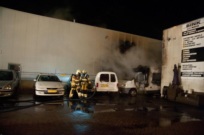 De brandweer blust het vuur in de camper. Foto: News United / Leo van 't Hul
