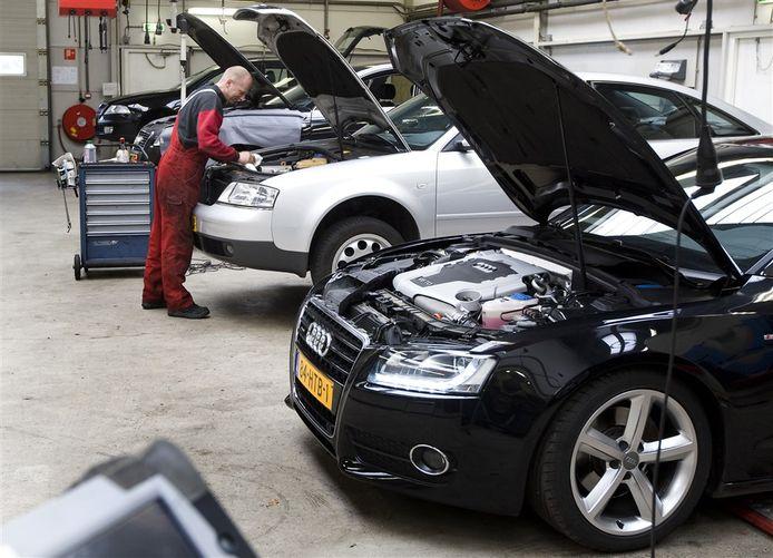 Bij handels- en reparatiebedrijven van auto's steeg de omzet gemiddeld met 23 procent.