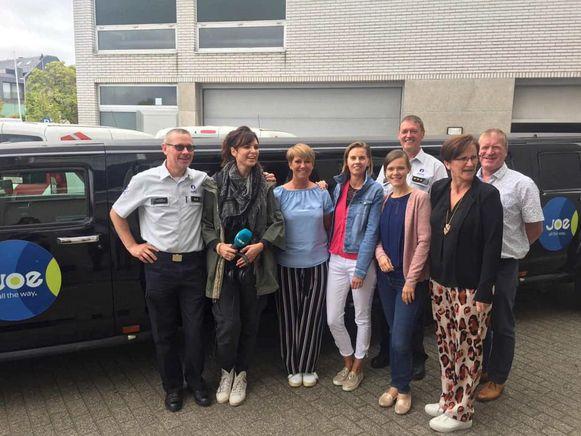 De collega's van het politiesecretariaat mochten met DJ Tess Goossens mee in de limo.