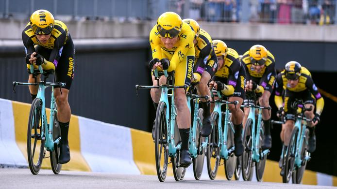 Jumbo-Visma op weg naar de zege in de ploegentijdrit op de tweede dag van de Tour. Mike Teunissen rijdt in de gele trui.