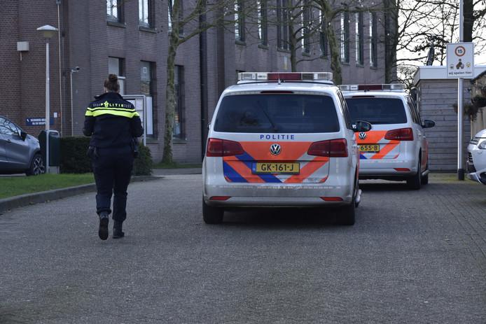 Politie bij het asielzoekerscentrum in Nijmegen vanwege een steekincident.