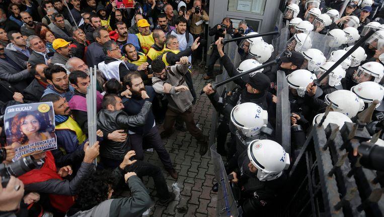 De Turkse politie grijpt in tegen demonstranten tijdens een betoging in Istanboel op 13 oktober.