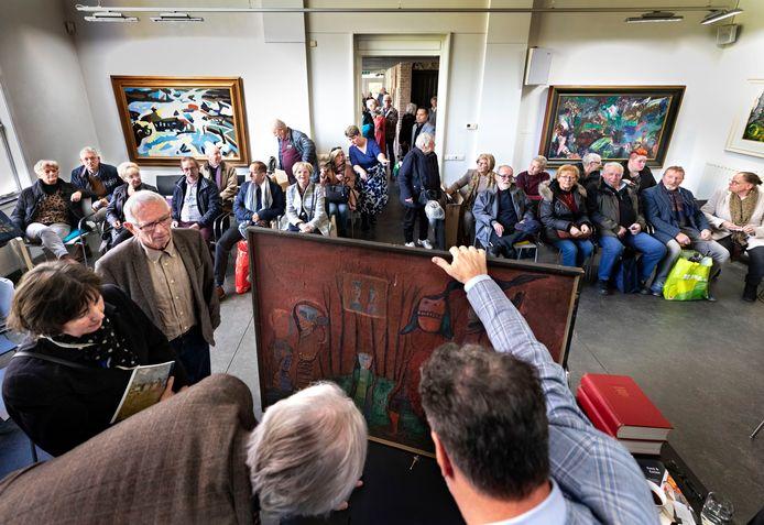 Drukte tijdens de taxatiedag in museum de Wieger in Deurne.