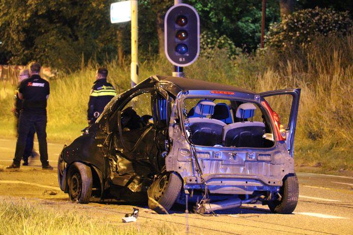 Twee auto's zijn afgelopen nacht hard in botsing gekomen in de buurt van winkelcentrum Hoogzandveld in Nieuwegein. Eén persoon raakte daarbij zwaargewond.