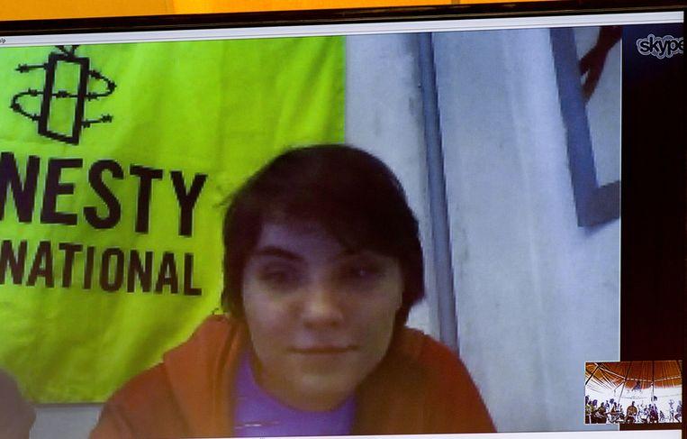 Via een speciale satelliet verbinding spreekt het enige vrije Pussy Riot-lid Jekatarina Samoetsevitsj met de pers. Beeld ANP