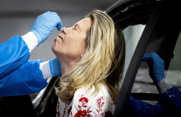 Een medewerker van de GGD Rotterdam-Rijnmond neemt een coronatest af in een teststraat. Beeld ANP
