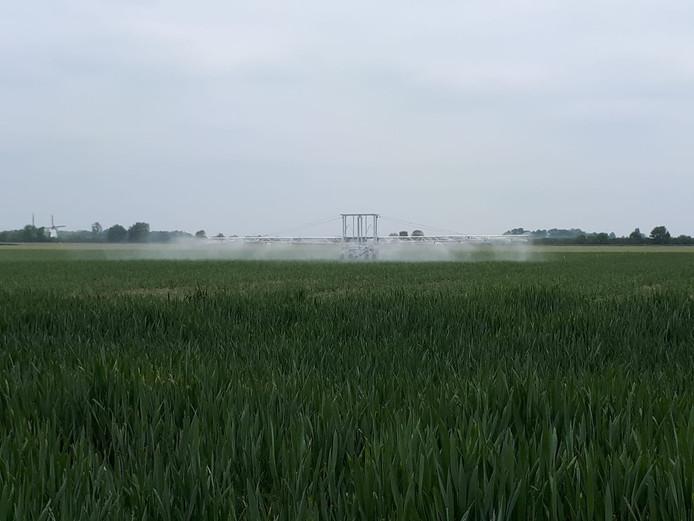 Beregeningsinstallatie op proefboerderij Rusthoeve. Het water komt uit een bassin waarin hemelwater van bedrijfsdaken en het erf wordt opgevangen.