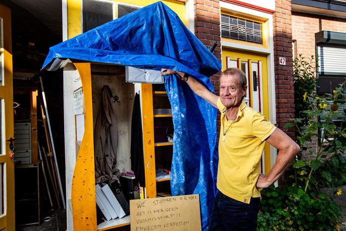 Hans van der Pol heeft zijn Weggeefkast dichtgetimmerd. Na de tas medicijnen en de matrassen is het genoeg geweest.