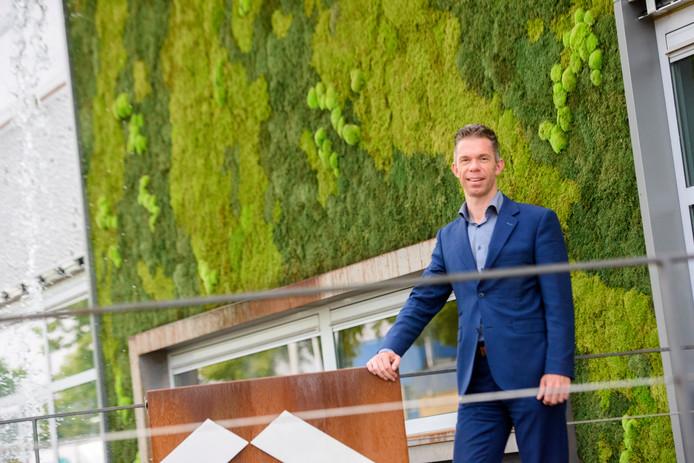 Directeur Caspar Ulijn voor het kantoorgebouw met groene gevel van ZND Nedicom op De Hurk in Eindhoven.