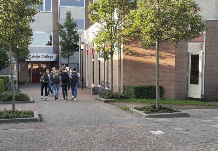 Leerlingen van het Calvijn College in Goes gaan de school in (archiefbeeld 2019).