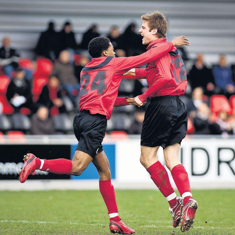Leandro Kappel (24) viert het doelpunt van Laurens Samsom. AFC dankte de zege mede aan een sterk optreden van debutant Mike Ruyter. Foto Marcel Israel Beeld